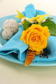 Served plate with napkin and flowers close-up — Stock Photo