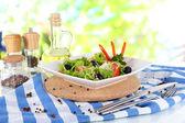 Pencere arka plan üzerine peçete üzerinde plaka üzerinde hafif salata — Stok fotoğraf