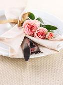 Servite il piatto con tovagliolo e rosa Close-up — Foto Stock