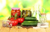 Gustosi cetrioli verdi e pomodori rossi nel cestino, sul tavolo di legno su sfondo luminoso — Foto Stock