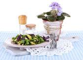 Insalata leggera sul piatto il tovagliolo sul tavolo — Foto Stock