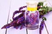 サルビアの花紫の木製の背景上に薬瓶や容器 — ストック写真