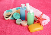 Hotel cosmetics kit on pink towel — Stok fotoğraf