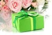 Piękny prezent na tle kwiaty na białym tle — Zdjęcie stockowe