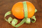 оранжевый с измерительной ленты, на фоне деревянных — Стоковое фото