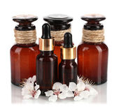 Aromaöl mit blumen, die isoliert auf weiss — Stockfoto