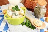 Gara giovane patate con panna acida ed erbe in padella su tavola di legno sul primo piano tavolo — Foto Stock