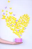 Papillon de papier jaune en forme de coeur fly case — Photo