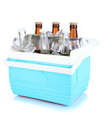 Reizende koelkast met bierflesjes en ijsblokjes geïsoleerd op wit — Stockfoto