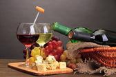 Composizione con vino, formaggio blu e uva su un tavolo in legno, su sfondo grigio — Foto Stock