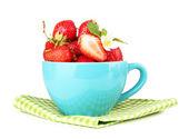 Dojrzałe słodkie truskawki w niebieską filiżankę, na białym tle — Zdjęcie stockowe