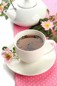 Taza y tetera de té con flores rosa cadera, aislado en blanco — Foto de Stock