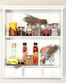 Spezie di varietà sulle mensole della cucina — Foto Stock