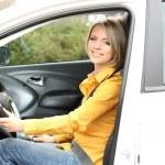 Портрет молодой красивой женщины, сидя в автомобиле — Стоковое фото