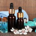 composición de spa con aceites aromáticos en primer plano de la mesa — Foto de Stock