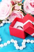 Rose a zásnubní prsten na modrého sukna — Stock fotografie