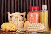 моющее средство, кисть и косметика для душа на деревянный стол на фоне бамбука — Стоковое фото