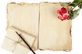 Vieux papiers, de lettres et de rose isolé sur blanc — Photo
