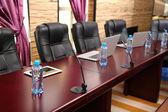 Salle de conférence vide avec ordinateurs portables sur la table — Photo
