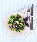 Lehký salát na talíři na ubrousek — Stock fotografie