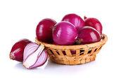 Cipolla viola nel cestino di vimini isolato su bianco — Foto Stock