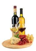 Vino, gustoso gorgonzola e uva, isolato su bianco — Foto Stock