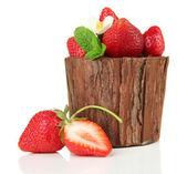 Dojrzałe słodkie truskawki z liści na białym tle wazon drewniany — Zdjęcie stockowe