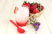 Deliziosa fragola yogurt in vetro sul primo piano tavolo in legno — Foto Stock