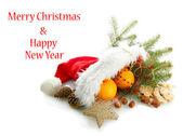 Composição de Natal com laranjas e abeto com chapéu de Papai Noel, isolado no branco — Fotografia Stock
