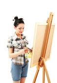 Güzel bir genç kadın ressam üzerine beyaz izole iş başında — Stok fotoğraf