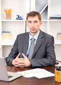 Mladý podnikatel v úřadu na jeho pracovišti — ストック写真