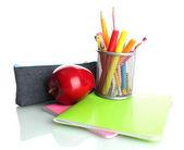 Bleistift-kasten mit schule ausrüstung und apple isoliert auf weiss — Stockfoto