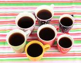 Många koppar kaffe på randiga servett — Stockfoto
