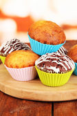 Süße muffins auf holztisch — Stockfoto