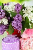 Vackra lila blommor med presenterar, närbild — Stockfoto