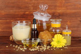 Geurige honing spa met oliën en honing op houten tafel op houten achtergrond — Stockfoto
