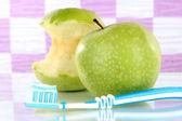 Mele con uno spazzolino da denti sulla mensola in bagno — Foto Stock