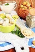 Nabídka nové brambory se zakysanou smetanou a bylinkami v pánev na dřevěném prkénku na tabulky detail — Stock fotografie