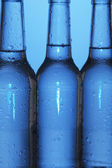 Botellas de agua en el fondo azul — Foto de Stock