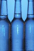 Bouteilles d'eau sur fond bleu — Photo