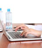 Närbild på affärskvinna händer under arbetet med laptop — Stockfoto
