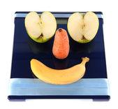 прицепное apple и морковь на весы, изолированные на белом фоне — Стоковое фото
