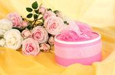 Piękny prezent na tle kwiatów — Zdjęcie stockowe