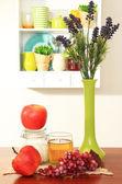 Composizione cucina sul tavolo su sfondo mensola — Foto Stock