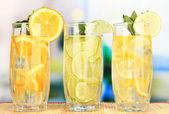 氷カフェのテーブルの上で果実飲料のグラス — ストック写真