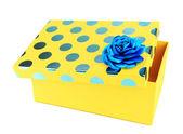 Caixa amarela para presentes isolado no branco — Foto Stock