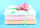 Handtücher gebunden mit band auf blauem hintergrund — Stockfoto