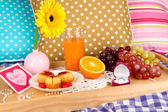 Breakfast in bed on Valentine's Day close-up — Stockfoto