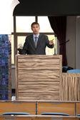 Affärsman gör ett tal vid konferensrum — Stockfoto