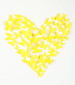 Papier gele vlinder in vorm van hart op de muur — Stockfoto